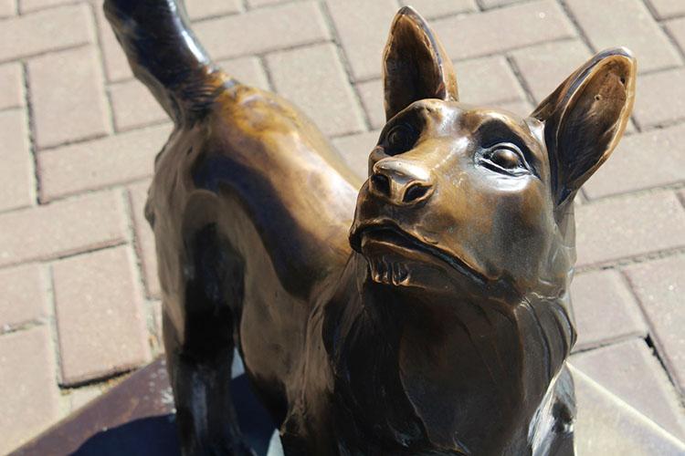 Скульптура собаки маячника