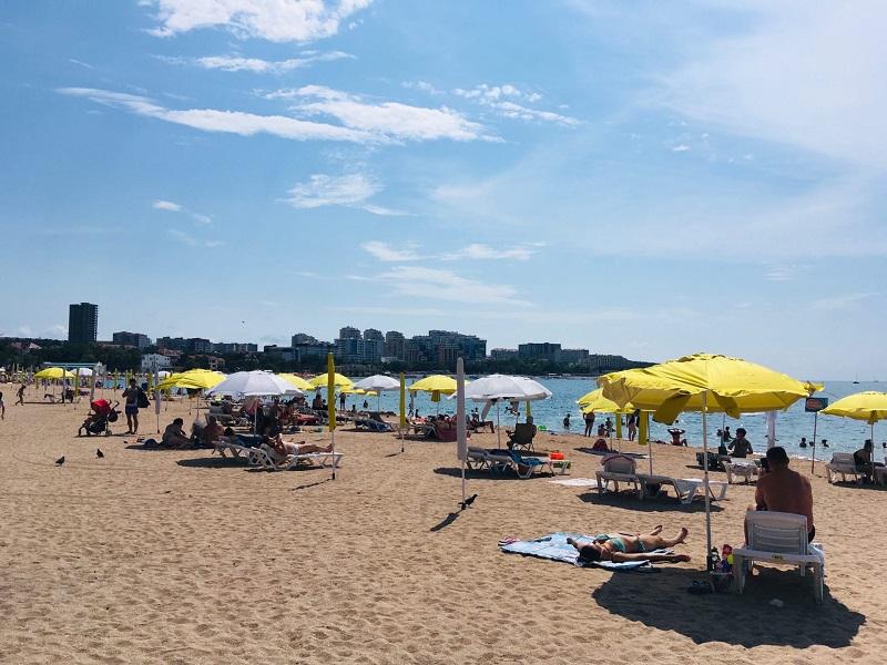 На пляжах отдыхают туристы