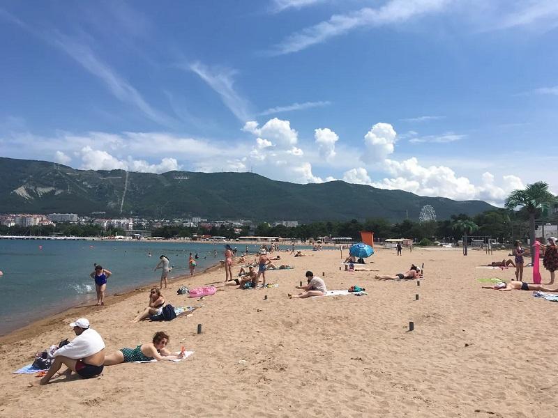 Пляж Геленджика, июнь