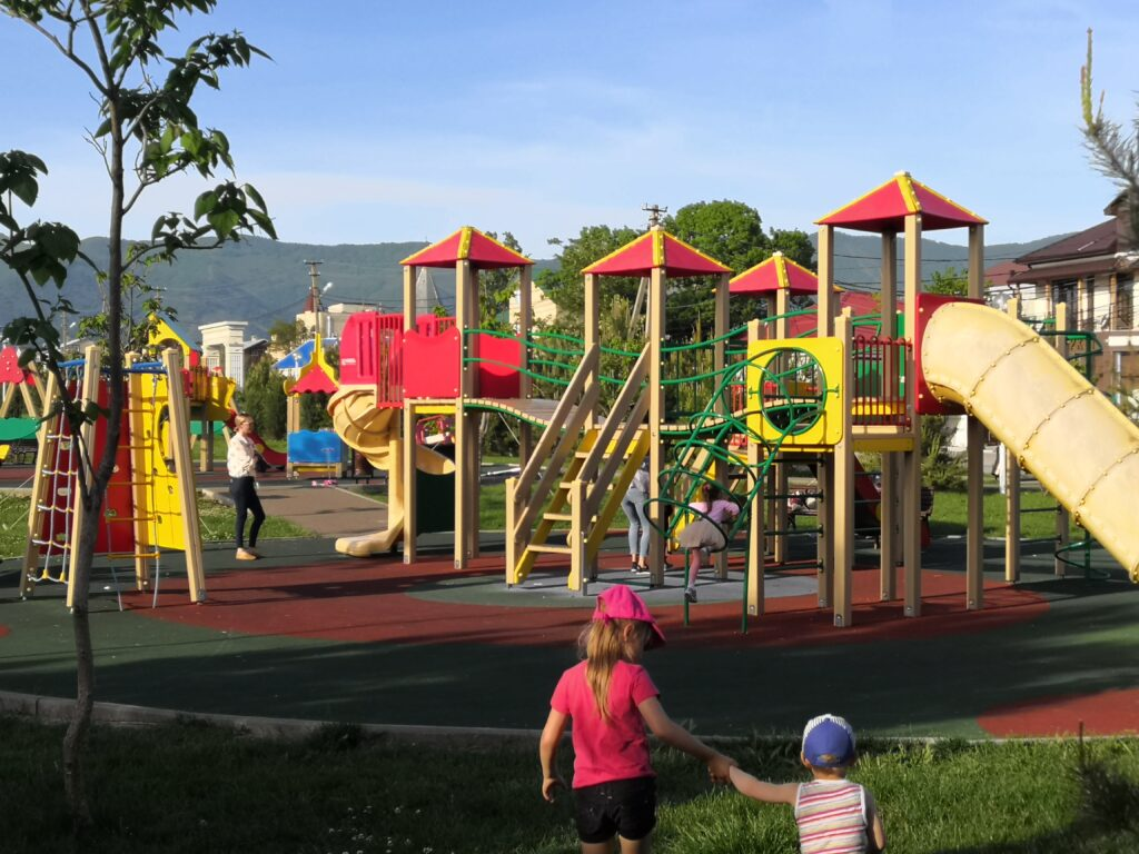 Детская площадка и парк недалеко от дома