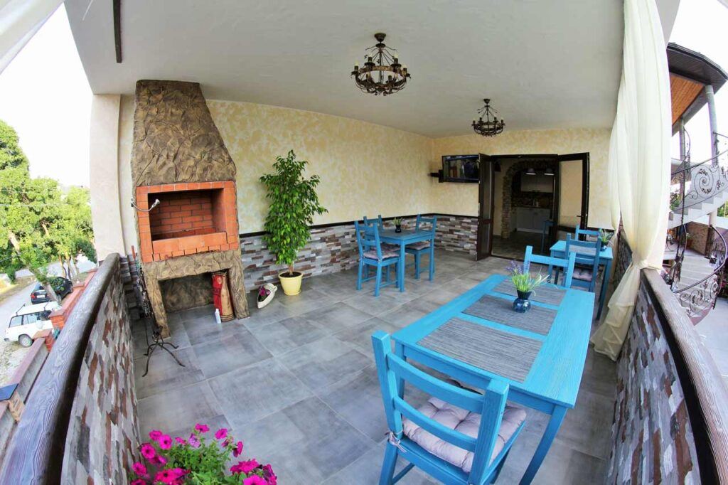 Кухня и терраса с мангалом на 2 этаже