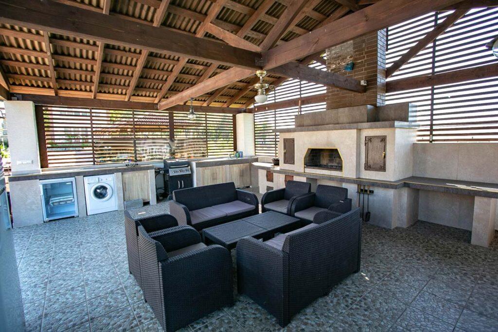 Общая кухня, беседка и дровяная печь