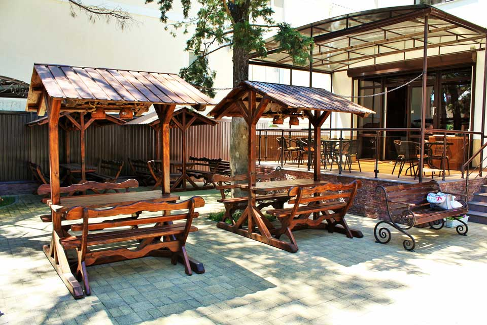 Крытые столы со скамейками