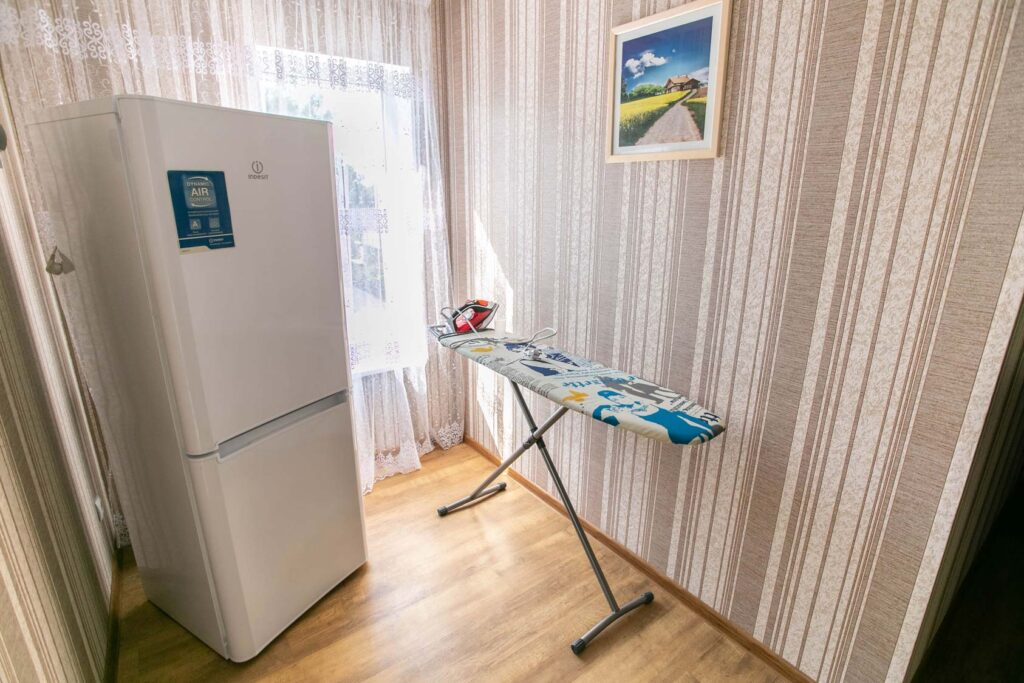 Холодильник и гладильная доска на 2-3 этаже