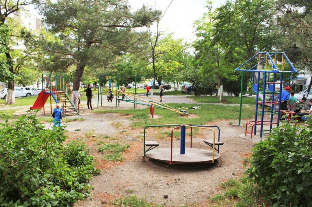 Детская площадка перед домом